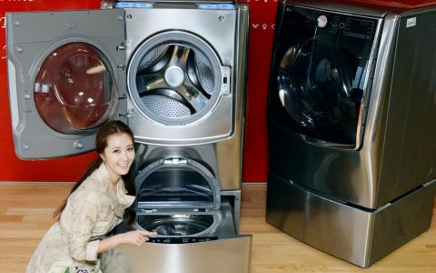 WITH TWIN WASHTM, LG TURNS HEADS  WITH BOLD NEW WASHER DESIGN